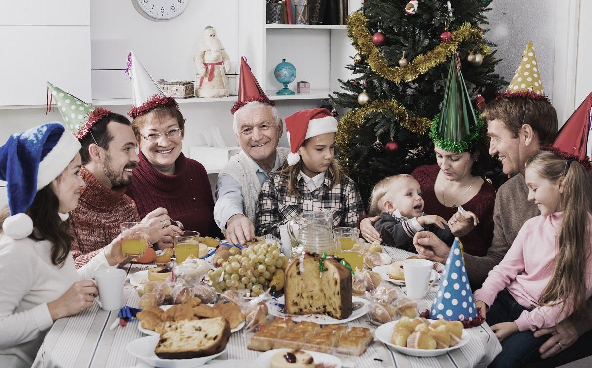 familia en cena navidena